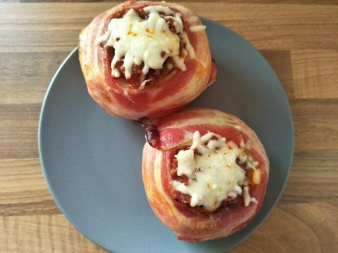 Low Carb'd gefüllter Ofen-Kohlrabi im Baconmantel